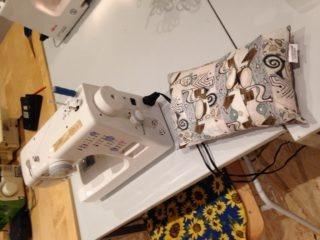 Nähmaschine und umgenähtes Kissen aus einem alten Hemd