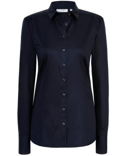 Marineblaue Blusen lassen die Trägerin seriös und kompetent erscheinen. Diese marineblaue Slim-Fit-Bluse können Sie hier im ETERNA-Onlineshop kaufen.