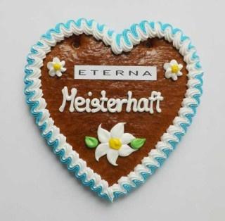 Ein Lebkuchen-Herz gibt es zur ETERNA Trachten-Kollektion als Geschenk dazu.