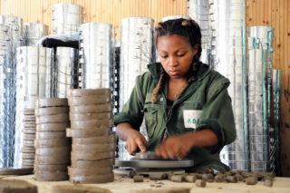 Frau produziert Solarkocher
