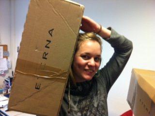 Anja Bauer mit einem ETERNA-Paket