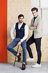 Gauche : gilet, chemise et chino de SCOTCH & SODA, chaussures de PAUL KEHL // Droite : chemise d'ARMANI JEANS, jeans de G-STAR, baskets d'HUGO BOSS