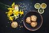 Gelbe Osterglocken und leckeres Gebäck