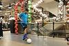 Matthias jongliert den Ball