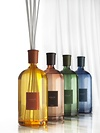 Verschiedene Duftnoten in  High -End-Qualität zum Nachfüllen, dazu ein eleganter Glasbehälter in  neuen transparenten Farben samt Duftstäbchen von CULTI, je ab 63 €
