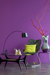 Pantone ultraviolet – So stylen sie die Statement-Wand