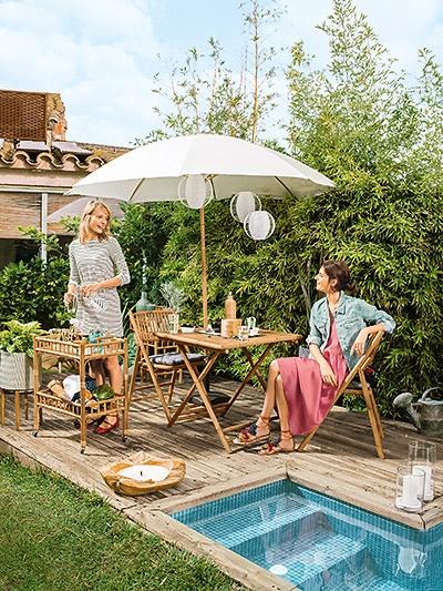 Terrassenmöbel Aus Holz Kombiniert Mit Weißen Dekoelementen