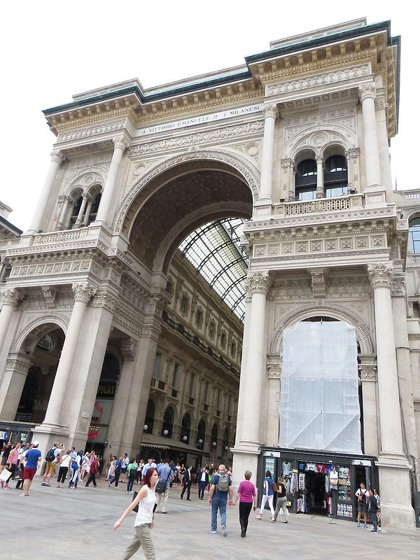 Eingang zur Galleria Vittorio Emanuele II - eine prachtvolle Einkaufsgalerie