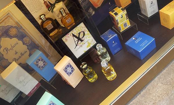 Parfum-Auslage in einem Mailänder Geschäft