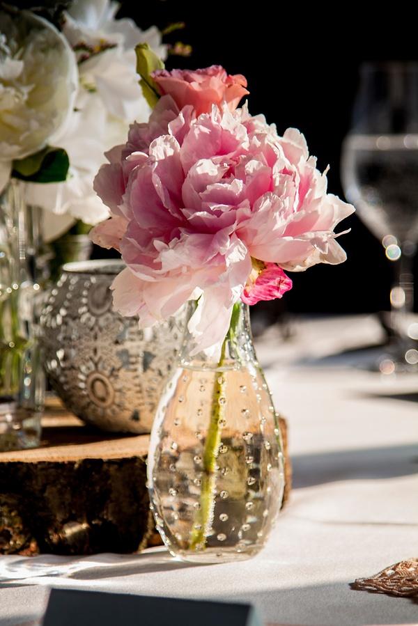 Tischdeko mit rosa Pfingstrosen