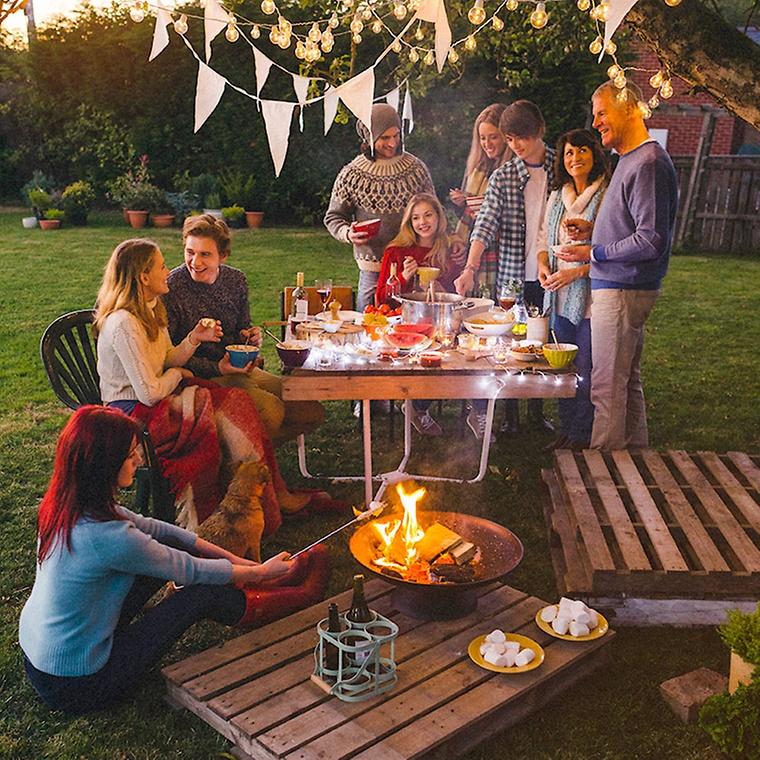 Ein Gemütlicher Abend Im Garten Mit Guten Freunden