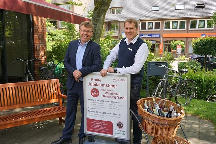 Mvenpick Wein Deutschland Geschftsfhrer Christoph Schikora Li Gemeinsam Mit Filialleiter Martin Thiemann